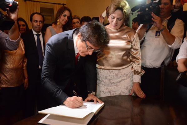 Governador Robinson Faria assina o termo de posse, ao lado de Rosalba Ciarlini. (Foto: Junior Santos)