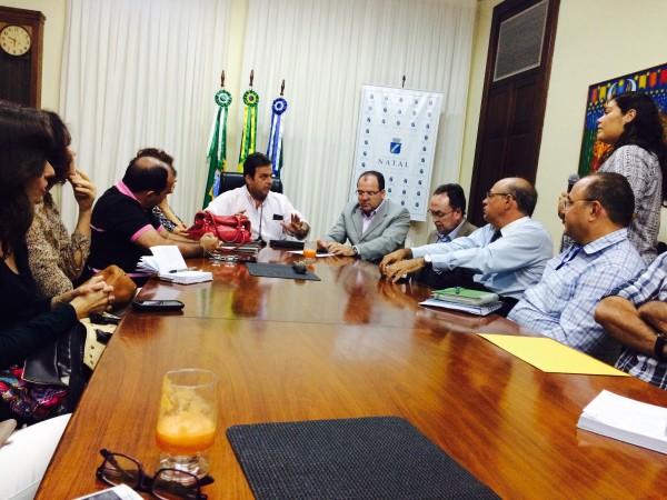 Prefeitura, Ministério Público, ONG's e entidades envolvidas se reuniram para discutir a situação dos carroceiros em natal. (Foto: Neli Terra)