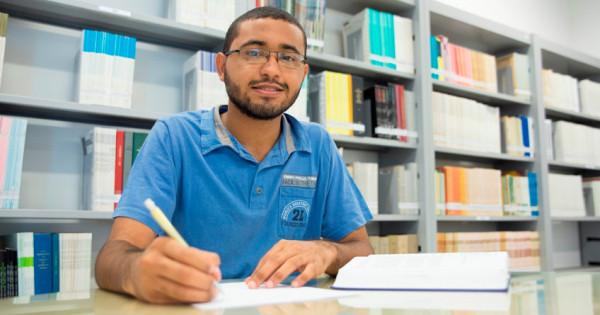 Com 22 anos, Jocelânio Wesley de Oliveira cursa doutorado em Estatística e quer ser professor universitário. (Foto: Anastácia Vaz)