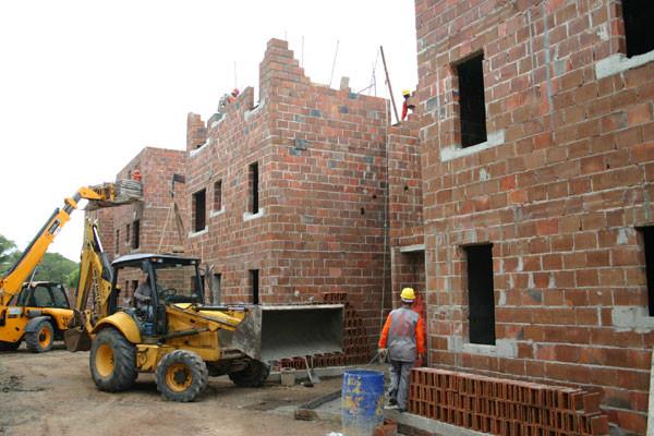 """Construção de empreendimento do """"Minha Casa"""": Problema estaria se arrastando desde 2014. (Foto: Junior Santos)"""