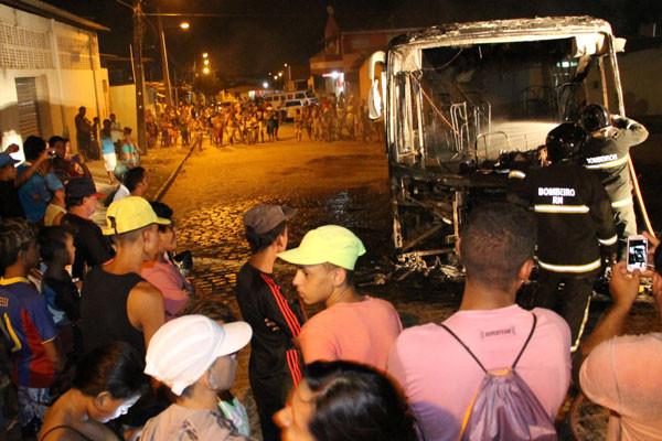 Ônibus da empresa Oceano no bairro Golandim, São Gonçalo do Amarante (perda total). (Foto: Alex Régis)