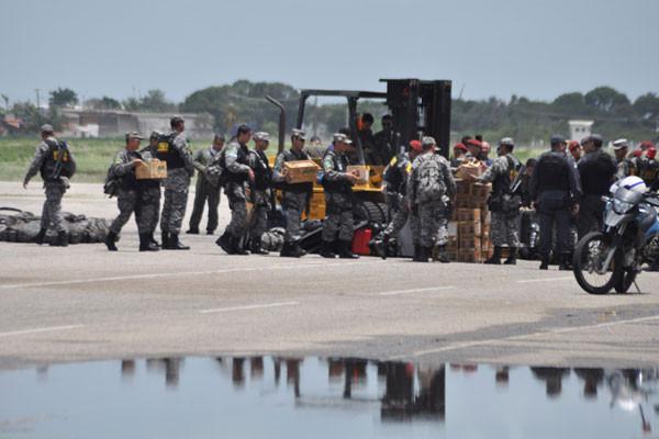 Militares da Força Nacional trouxeram um carregamento de armas letais e não-letais e equipamentos. (Foto: Emanuel Amaral)
