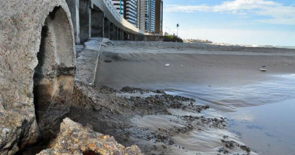 """Esgoto a céu aberto na praia de Areia Preta, formando a famigerada """"língua negra""""; falta de planejamento, segundo TCE, implicou em perda de investimento. (Foto: Eduardo Maia)"""