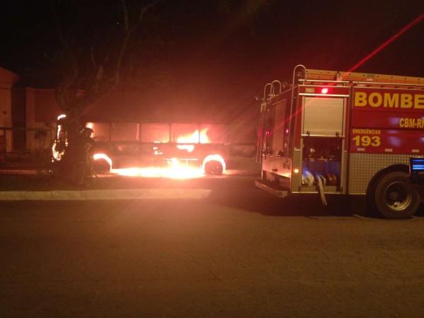 Ônibus da empresa Santa Maria foi incendiado na avendida Hermes da Fonseca por grupo de criminosos, ninguém se feriu. (Foto: Everton Dantas)