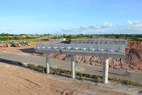 No entorno do viaduto em obras, a terraplanagem foi concluída e a pista está demarcada. Próximo passo será a distribuição do asfalto. (Foto: Junior Santos)