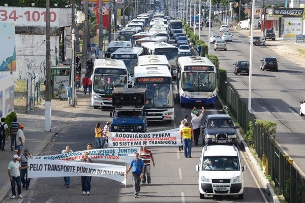 Ontem, motoristas e cobradores fizeram paralisação e protesto denunciando a insegurança. (Foto: Junior Santos)
