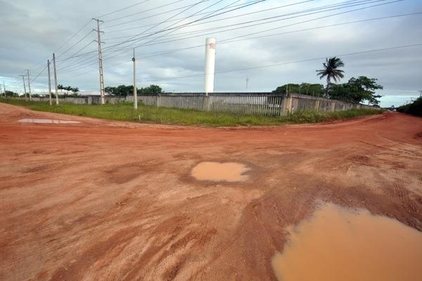 Falta de pavimentação e iluminação pública precária estão entre os problemas encontrados em distritos industriais no estado. (Foto: Magnus Nascimento)