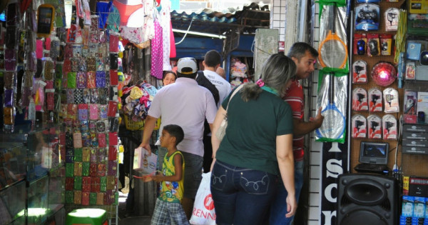 Comércio ambulante predomina no bairro do Alecrim. (Foto: supersantoantonio.blogspot.com)