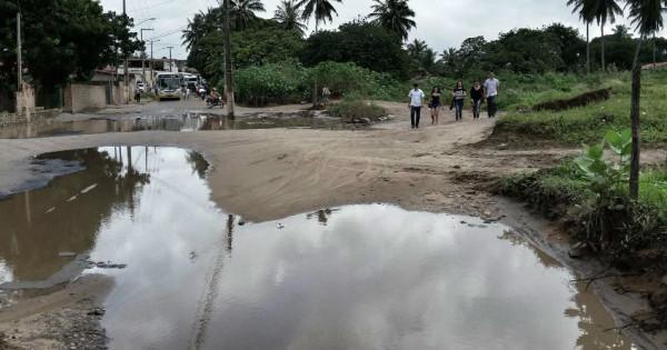 Formação de uma lagoa com água da chuva, ao lado do cemitério municipal do Pajuçara, complica o trânsito de veículos (Foto: Ney Douglas)