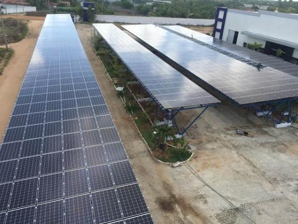Painéis solares instalados no estacionamento da fábrica da Sterbom. (Foto: Energia Zero Brasil)